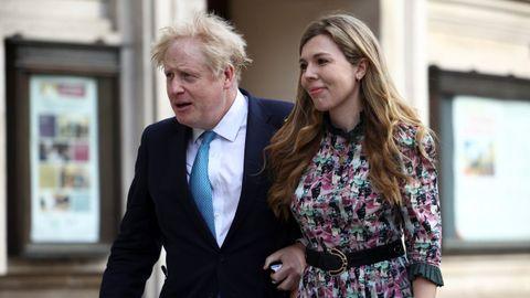 Boris Johnson y Carrie Symonds, el pasado día 6 acudiendo a votar al colegio electoral