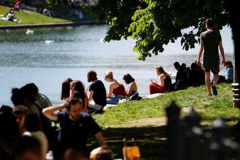 Decenas de ciudadanos disfrutan de un dia soleado en Berlín