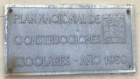 Placa colocada en la antigua escuela de Bustelo