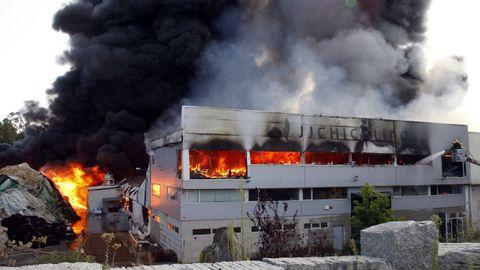 Imagen del incendio de la fábrica del grupo JJ Chicolino en el año 2009