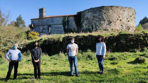 Ediles de Alternativa Veciñal de Antas de Ulla frente a la fortaleza