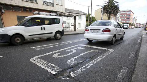 Señalización horizontal en la carretera de Catabois, que se deberá modificar