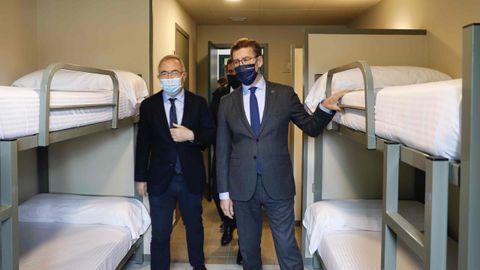 El presidente de la Xunta y el alcalde de Santiago en una de las habitaciones