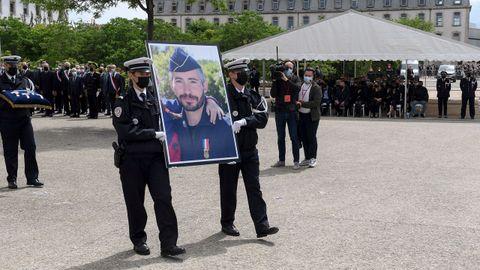 La Policia homenajeó al agente muerto la semana pasada por un vendedor de drogas.