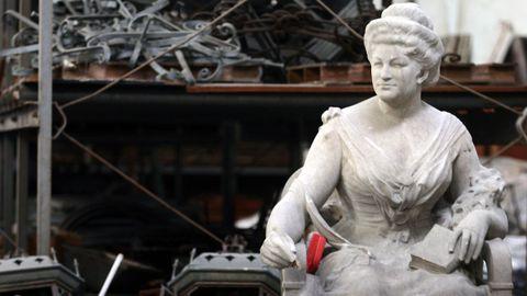 El original: el conjunto escultórico en piedra azul se inauguró en 1916. Desde el 2007 está en un almacén, donde fue restaurado tras sufrir actos vandálicos
