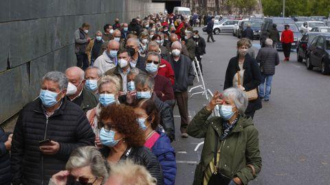 Colas en el exterior para acceder al recinto ferial de Pontevedra. Estaban citadas 4.000 personas de 70 a 79 años para recibir la segunda dosis de Pfizer