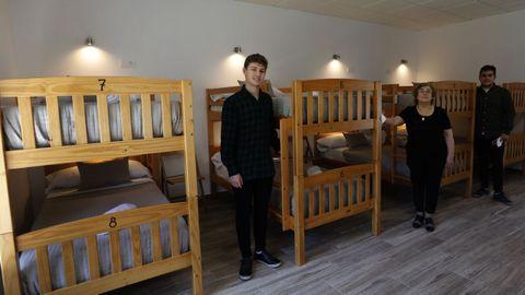 Pilar Rega, en el centro, con sus hijos Pablo y Marcos en el albergue que acaban de abrir