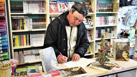 Jesús Alfonso Parada Jato asina na librería Pelayo exemplares de «Náiades», o seu anterior libro de poemas