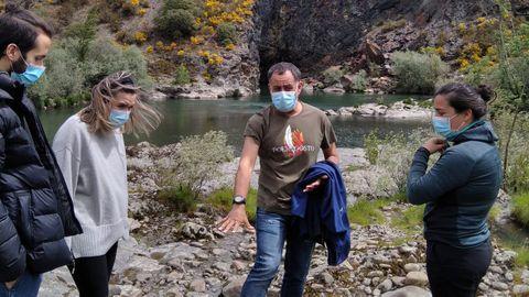 El arqueólogo Iván Álvarez ?centro? en una reciente visita guiada al túnel minero de Montefurado, en el municipio de Quiroga
