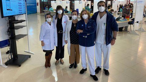 Pilar Oceja, subdirectora de Atención Hospitalaria; Begoña Vidal, subdirectora de Primaria; (en el centro) Isabel Campos, directora de Enfermería; a la derecha, Pilar y Gonzalo, miembros del equipo de vacunación