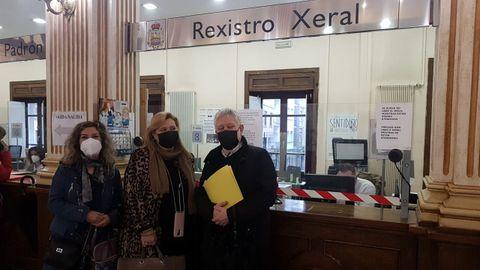 María Teresa Rodríguez Garrido, María del Mar Fernández Dibuja y Miguel Caride, en el registro del Concello de Ourense en la mañana de este jueves