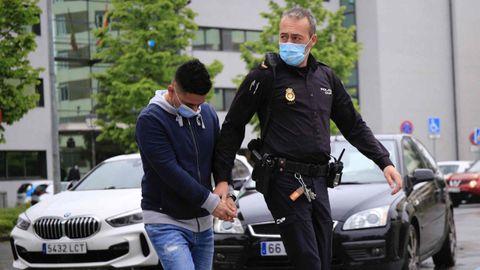 El joven, entrando esposado en la Audiencia Provincial de Lugo