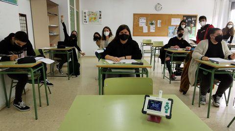 IES Antón Losada (A Estrada) con alumnos con mascarilla, distancia de 1,5 metros entre pupitres y ventanas abiertas; un medidor de CO2 alerta si la calidad del aire  no es adecuada