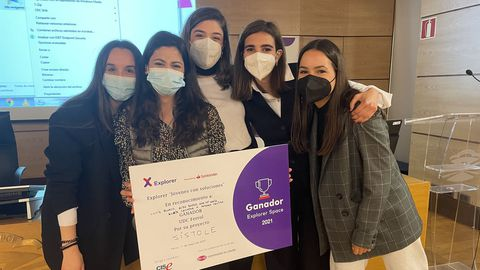 En la imagen, las estudiantes del grado de Moda que se han llevado el primer premio del programa Explorer por su proyecto «Sístole»