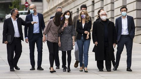 Los ministros Irene Montero, Ione Belarra, Yolanda Díaz, Manuel Castells y Alberto Garzón, este jueves, a su llegada al Congreso para reunirse con el Grupo Parlamentario de Unidas Podemos