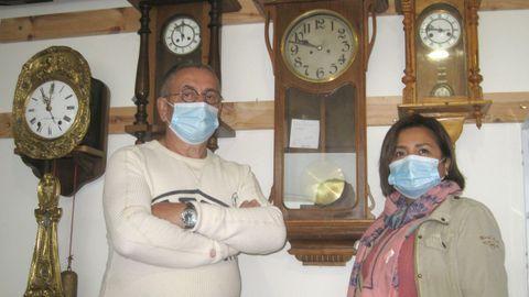 Armando Chao, que en la foto aparece con su mujer, dice que el oficio de relojero requiere paciencia