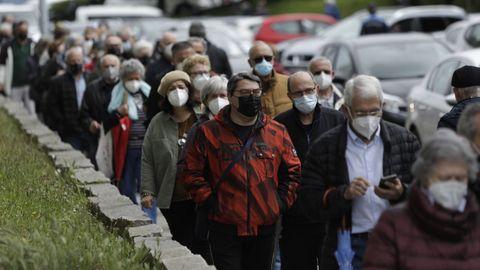 Decenas de personas esperan su turno para vacunarse contra el covid-19 en Expocoruña