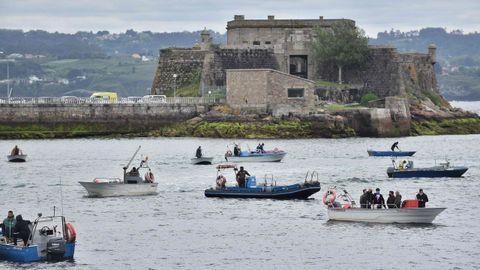 Pescadores y mariscadores en la protesta en A Coruña, con el castillo de San Antón al fondo