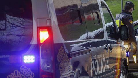 Agentes de la Policía Nacional, en una imagen de archivo, realizan un control en Santiago