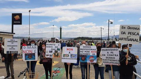 Mariscadoras y pescadores, en la protesta en el muelle de O Grove