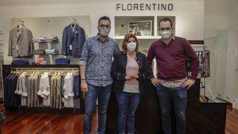 Daniel Rodríguez, Esperanza Ventoso y Florentino Cacheda, en la tienda de Ribeira