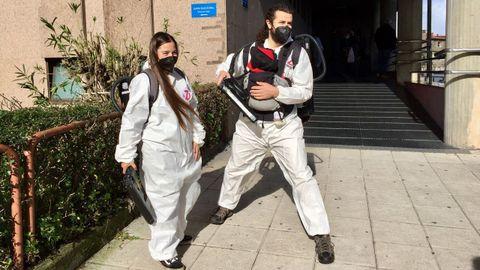 Bea y David dieron el sí quiero disfrazados para poner un punto de alegría en medio de la pandemia.