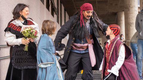 Berto Pirata y María, acompañados de los pequeños Nóah y él Gerôme, siguen a la espera para poder casarse.