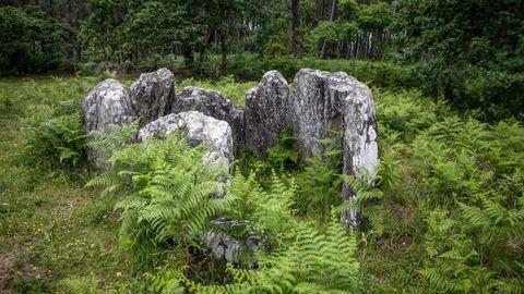 A Cova da Moura, en Noia, es un sepulcro megalítico de, aproximadamente, el año 3.000 antes de Cristo