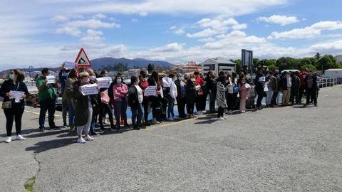 Participantes en la protesta en el muelle de Vilaxoán