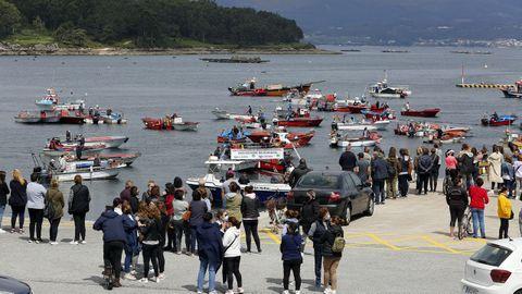 A flote y desde el puerto discurrió la protesta en A Illa de Arousa