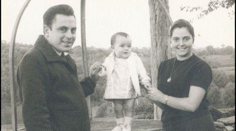 Xela Arias cos seus pais nos seus anos viviendo la Granxa Escola Barreiros, no concellos de Sarria, onde o seu pai foi mestre