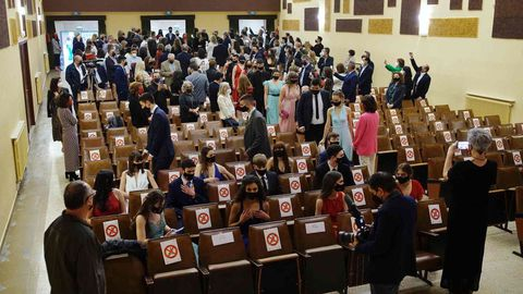 Al acto de graduación en el teatro del colegio de Salesianos pudieron asistir los alumnos y dos acompañantes, que se sentaron por grupos familiares y guardando distancia entre sí.