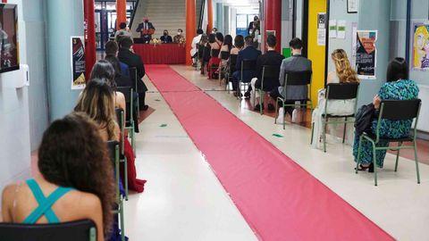 Los alumnos tuvieron su alfombra roja, de papel, y estuvieron sentados con distancia