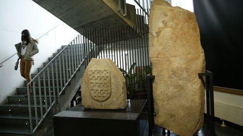 Merlón del Casleto da Lúa y laxe dos Campiños, expuestos en el auditorio de Rianxo