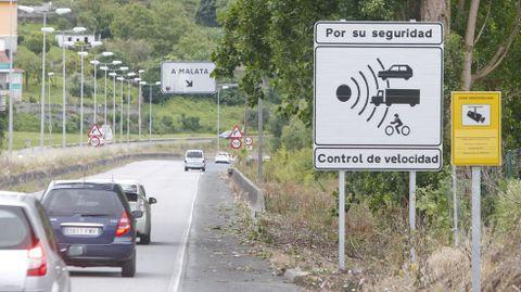 Señalización advirtiendo de la presencia del radar en A Malata, que comenzó hace año y medio
