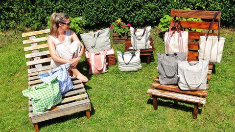 Celia con parte de los bolsos de la última colección lanzada esta primavera