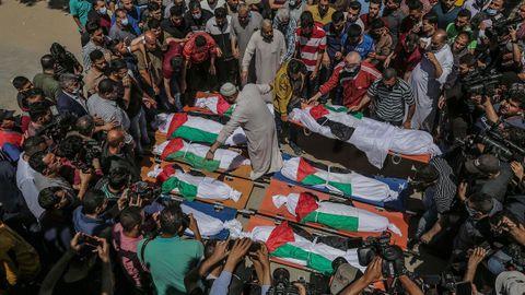Funeral por los diez miembros de una familia palestina, ocho niños y dos mujeres, cuya vivienda fue bombardeada en un campo de refugiados de Gaza
