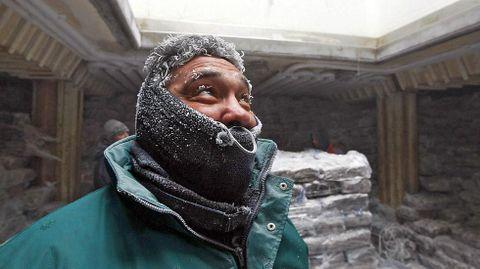 Un trabajador en los congeladores de Marfrío, en Marín