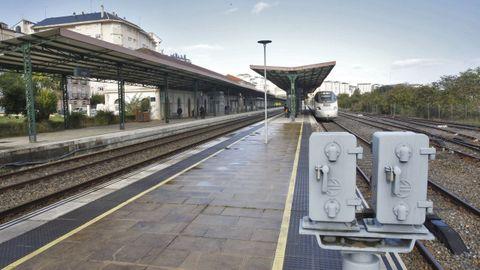 Vista de la estación de Lugo, con un tren Alvia parado en una de las vías