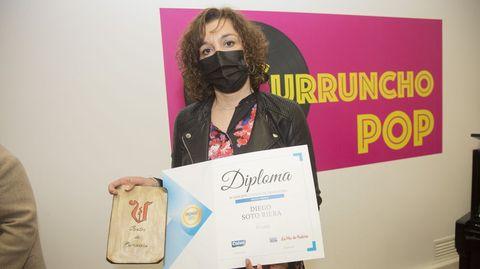 La docente Gemma Fernández recoge el sexto premio, otorgado al alumno Diego Soto, del Manuela Rial, que no pudo acudir