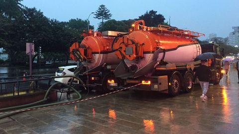 Dos camiones cisterna seguían achicando agua a las 22.00 horas del sábado