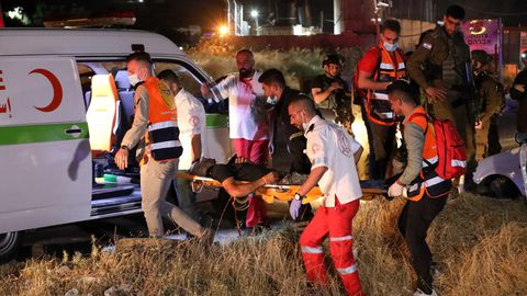 Servicios de emergencia palestinos trasladan a un herido al hospital