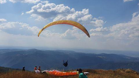 Despegue de un parapente en la pista inaugurada el año pasado en el Alto do Coto, en el municipio de Ribas de Sil