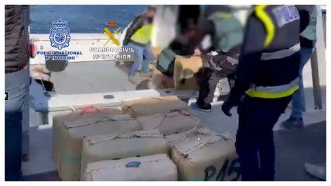 Fardos con hachís encontrando en un barco durante la operación Bocagrande