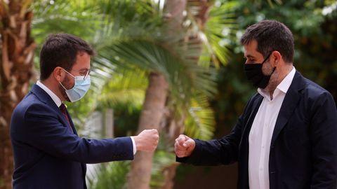 Pere Aragonès y Jordi Sànchez, este lunes al presentar el acuerdo al que han llegado ERC y Junts para formar un Gobierno de coalición
