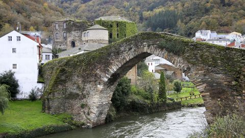 Fortaleza e ponte medieval sobre o río Navia, en Navia de Suarna