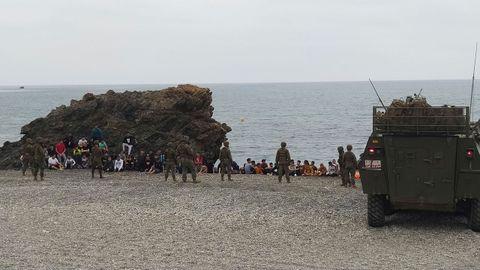 Efectivos del Ejército de Tierra trabajan este martes en el dispositivo especial puesto en marcha ayer por la entrada de 5.000 inmigrantes marroquíes a Ceuta por los espigones fronterizos