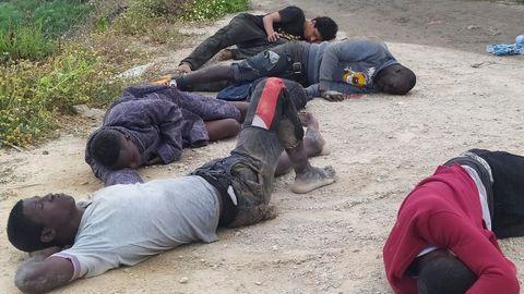 Un grupo de inmigrantes descansa tras su llegada este martes a Ceuta