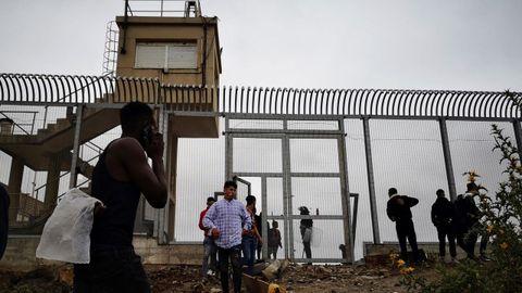 Un grupo de inmmigrantes son devueltos a Marruecos por las autoridades españolas en la frontera entre Ceuta y Fnideq
