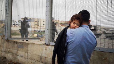 Un padres y su hija son devueltos a Marruecos por las autoridades españolas en la frontera entre Ceuta y Fnideq este martes tras la avalancha de inmigrantes